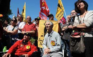 Robert Chiron, assis au centre , lors de la greve de la fai contre le projet d'aeroport de Notre-Dame-des-Landes en mai 2012