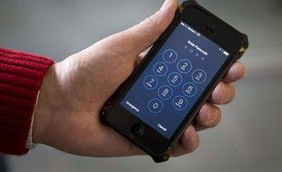 Le directeur du FBI James Comey lors d'un événement à Londres le jeudi 21 Avril , 2016. Le FBI a réussi à débloquer l'iPhonevde l'un des attaquants de San Bernardino .