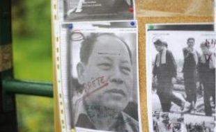 Les victimes des Khmers rouges qui vivent en France se réunissent tous les ans dans le bois de Vincennes. Cette année, ils ont affiché les portraits des Khmers rouges qui vont être jugés (à g.), ont fait brûler de l'encens en mémoire des disparus (au centre) et ont exposé des images du centre de torture S21 (à dr.).