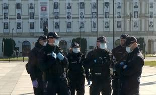 Des policiers polonais à Varsovie, le 10 avril 2020.