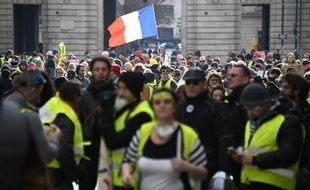 Des gilets jaunes défilent dans les rues de Rennes, le 19 janvier 2019.