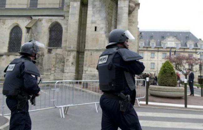 Des policiers patrouillent le 26 avril 2015 à proximité de l'église Saint-Cyr et Sainte-Juliette à Villejuif, cible d'un attenat déjoué