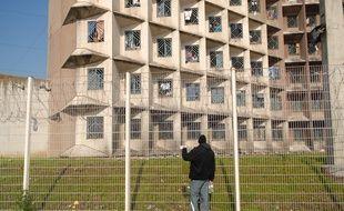 Construite en 1988, la maison d'arrêt de l'Elsau, compte des cellules d'une place (au départ) occupées par deux détenus avec parfois des matelas par terre. Illustration