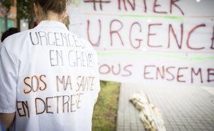 Manifestation du personnel des urgences des hopitaux (medecins, infirmières, aide-soignants) devant l'agence régionale de sante (ARS), à Paris, en juin.
