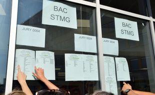 Des lycéens découvrent leur résultat au Bac.