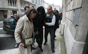 Le principal suspect dans la mort d'Alexandre Junca, un homme de  27 ans (centre), accompagné par son avocate  Carine Magne (à gauche) arrive, le 7 avril 2013, au palais de justice de Pau (Pyrénées-Atlantiques).