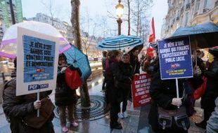 Des militants du parti communiste manifestent le 26 février 2015 devant le siège d'HSBC à Paris