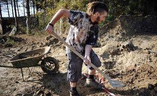 Un militant prépare le terrain sur le site du barrage contesté de Sivens (Tarn) pour y construire une cabane, le 6 novembre 2014
