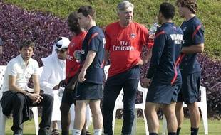Carlo Ancelotti discute avec Diego Lugano et Ceara (de dos) pendant que Leonardo et Nasser Al Khelaifi observent Claude Makelele et Kevin Gameiro (au premier plan) lors du premier entrainement du PSG à l'académie de Doha, lundi 2 janvier 2012.