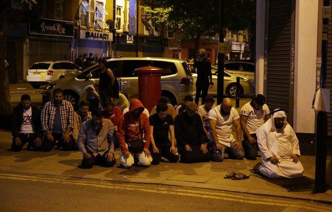 Des musulmans prient sur le trottoir près de la mosquée de Finsbury Park, à Londres. Un véhicule a fauché plusieurs passants, le 19 juin 2017.