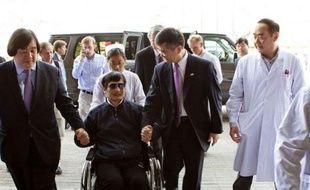 """Après s'être réfugié dans l'ambassade des Etats-Unis en Chine, dont il était sorti mercredi avec des """"garanties"""" de la Chine sur sa sécurité, le militant des droits civiques Chen Guangcheng à déclaré jeudi à l'AFP s'être ravisé et vouloir """"partir à l'étranger""""."""