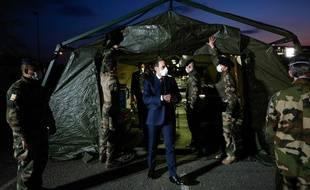 Emmanuel Macron à l'hôpital militaire de campagne déployé à Mulhouse, mercredi.