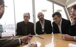 (de g à d) Le rédacteur en chef de Charlie Hebdo, Gérard Biard, l'avocat de Charlie Hebdo, Richard Malka et le chroniqueur de Charlie Hebdo Patrick Pelloux au siège de Libération à Paris le 9 janvier 2015