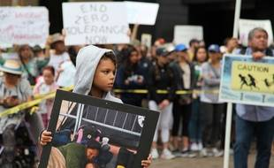 """Un enfant participe à la manifestation """"Families Belong Together"""" à San Diego, aux États-Unis, le 23 juin 2018."""