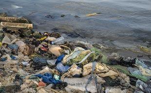 Photo d'illustration - Les déchets et débris plastiques couvrent le sable des plages, des mers et des océans un peu partout dans le monde libérant leurs constituants chimiques dans les eaux.
