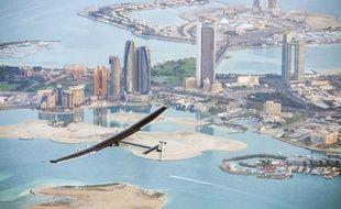 Photo fournie par le projet Solar Impulse montrant l'appareil Solar Impulse 2 survolant Abou Dhabi, le 2 mars 2015