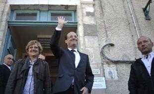 """François Hollande, élu dimanche président de la République selon les estimations de quatre instituts de sondage, a passé une journée corrézienne, arpentant les routes et les bureaux de vote de son fief à la rencontre de ses """"amis"""" et de sa """"famille""""."""