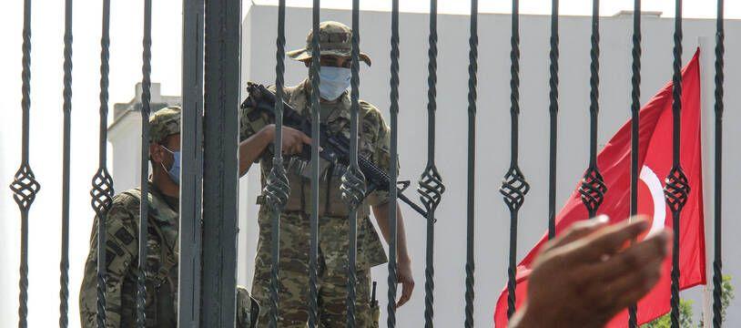 Des soldats de l'armée tunisienne ont encerclé le parlement tunisien et empêché le président du parlement d'entrer lundi 26 juillet 2021 après que le président tunisien Kaïs Saïed a suspendu les travaux du Parlement et limogé le Premier ministre.