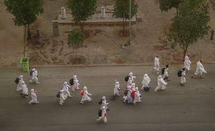 Des pèlerins musulmans, vêtus de blanc commencent la montée du Mont Arafat ce lundi 20 août 2018, moment clef du pèlerinage à La Mecque.