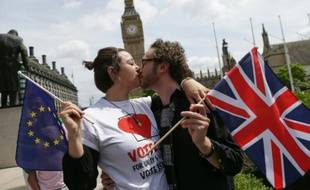 Des personnes s'embrassent pour représenter l'union de l'Europe et du Royaume-Uni à Loàndres le 19 juin 2016