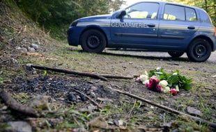 Des fleurs ont été déposées sur les lieux du quadruple meurtre à la combe d'Ire, près de Chevaline (Haute-Savoie) le 8 septembre 2012
