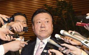 Le ministre japonais des Jeux olympiques et paralympiques de Tokyo 2020, Yoshitaka Sakurada, devant les journalistes à Tokyo, le 10 avril 2019.