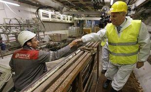 Le premier ministre Jean-Marc Ayrault en visite sur un chantier de nuit dans les Yvelines, le 13 août 2013.