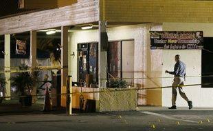 Un enquêteur s'approche du lieu où s'est tenue une fusillade en Floride, le 25 juillet 2016.