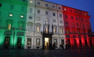 La façade du palais Chigi à Rome, siège du gouvernement italien, illuminée du drapeau tricolore, le 19 mars 2021.