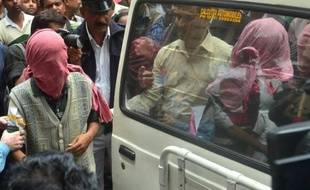 Des hommes soupçonnés d'extorsion et du viol répété d'une touriste japonaise, à leur arrivée le 3 janvier 2015 au tribunal à Calcutta