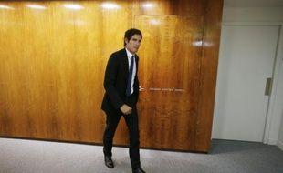Mathieu Gallet, PDG de Radio France, quitte son bureau pour s'adresser aux journalistes lors de la grève du groupe public, le 8 avril 2015 à la Maison de la Radio à Paris