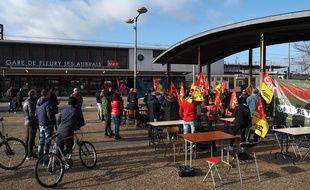 Une manifestation de la CGT le 23 décembre 2019 devant la gare Les Aubrais près d'Orléans.