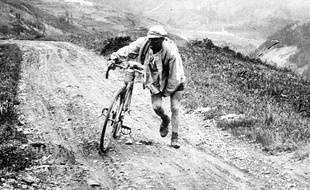 Illustration de l'ascension d'un col de haute montagne, dans le Tour de France. Ici en 1926, par le coureur belge Lucien Buysse.