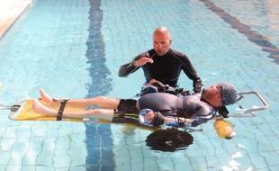 Tony Moggio à l'entraînement dans la piscine de Saint-Alban, près de Toulouse, avec son entraîneur de natation Christophe Vidoni.
