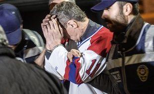 L'homme qui aurait tenté de détourner un avion en provenance d'Ukraine est escorté par la police après son atterrissage forcé à Istanbul, le 7 février 2014.