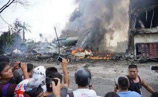 Un avion de transport militaire indonésien qui s'est écrasé peu après son décollage est en feu à Medan, au nord de Sumatra, le 30 juin 2015