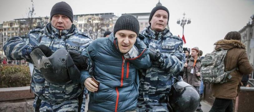 La police russe a arrêté dimanche plus de 260 personnes qui s'étaient rassemblées pour une manifestation non autorisée contre le président Vladimir Poutine.