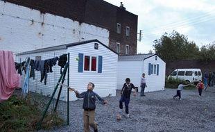 Des enfants Roms jouent dans un village d'insertion à Fives.