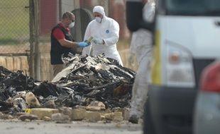 La Valette (Malte), le 24 octobre 2016. Les enquêteurs inspectent les débris de l'avion transportant des militaires français qui s'est crashé.