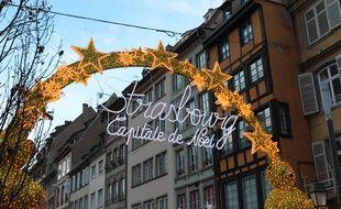 L'habituelle entrée du marché de Noël, rue du marché aux poissons à Strasbourg.