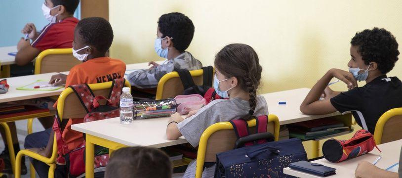 Des écoliers avec le masque, cette image est désormais l'exception.