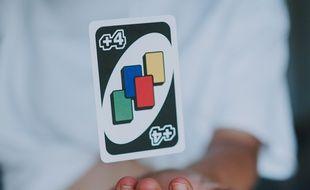 Cette carte issue du jeu « Uno » implique que le joueur suivant en pioche quatre autres