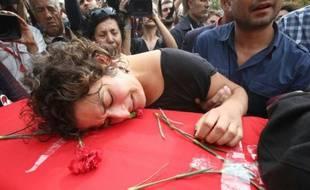 Enterrement de Korkmaz Tedik, membre du parti travailliste turc (EMEP) tué dans les attentats d'Ankara la veille, le 11 octobre 2015 à Ankara