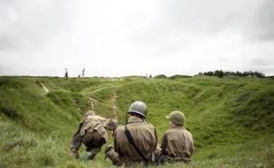 Des enfants portant des uniformes militaires visitent La Pointe du Hoc, le 31 mai 2014, à Cricqueville-en-Bessin, site historique de la Bataille de Normandie