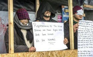 """Trois Iraniens, qui se sont faits coudre la bouche, manifestent contre le démantèlement du camp de la """"Jungle"""" à Calais, le 3 mars 2016"""