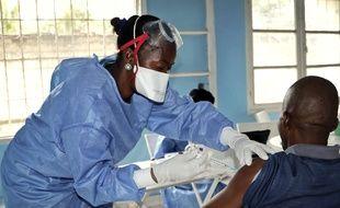 Un homme se fait vacciner contre le virus Ebola, à Mbandaka en RDC, le 30 mai 2018.