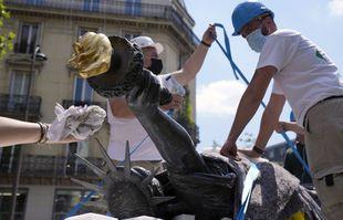 Des ouvriers préparent le bronze de la « Liberté éclairant le monde » de Frédéric Auguste Bartholdi, une mini-réplique de la Statue de la Liberté de conception française à Paris, lundi 7 juin 2021.