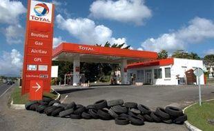 Le préfet de la Guadeloupe Nicolas Desforges a réclamé vendredi la réouverture dès lundi des stations-services de Guadeloupe, fermées depuis le 19 janvier en entraînant une pénurie de carburants rendant impossible la circulation automobile dans l'île.