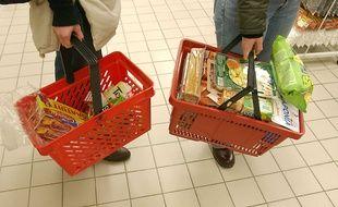 Des paniers de course dans un supermarché alimentaire (illustration).