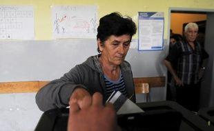 Une Serbe vote à Gracanica, le 3 novembre 2013 au Kosovo